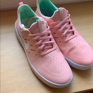 Nyah 10.5 Nike sb sushi bleached coral white shoes